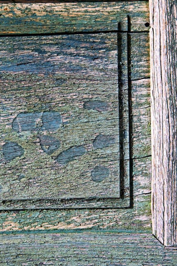 木头褐色敲门人和木头门cairate瓦雷泽 免版税库存图片