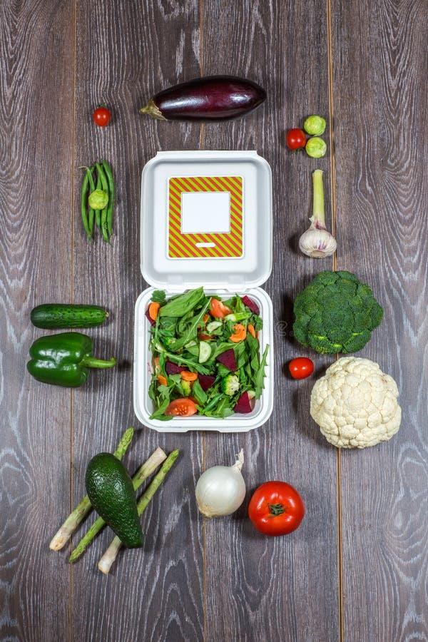 木黑,新鲜蔬菜背景和打开白色箱子 免版税库存图片