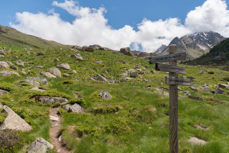 木fingerpost在指向沿小径的法国比利牛斯避难所du Rulhe, Laparin和Etangs de Fontargente 图库摄影