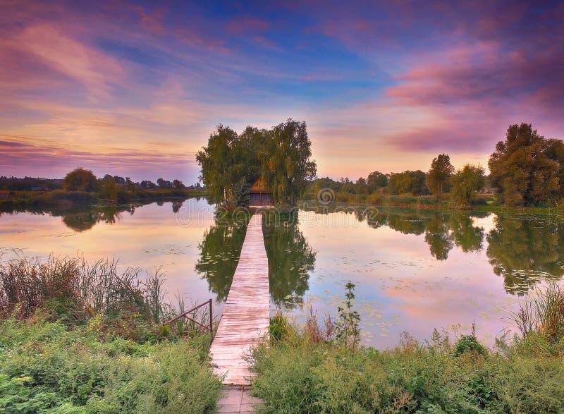 木fisherman& x27; s小屋和步行桥在日出 库存图片