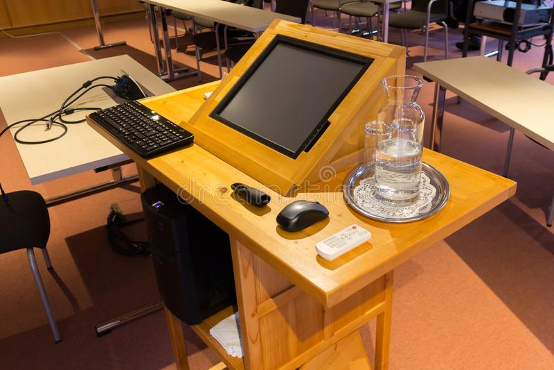 木trubune在会议或教室 免版税图库摄影