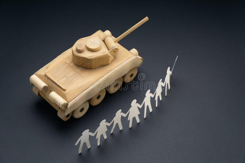未加工召集在坦克前面的纸人 抗议,示范玩具概念 行动主义,社会运动 免版税库存照片