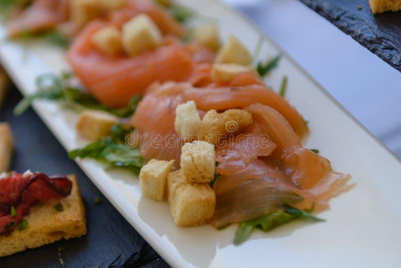 未加工的三文鱼切片用敬酒的面包 库存照片