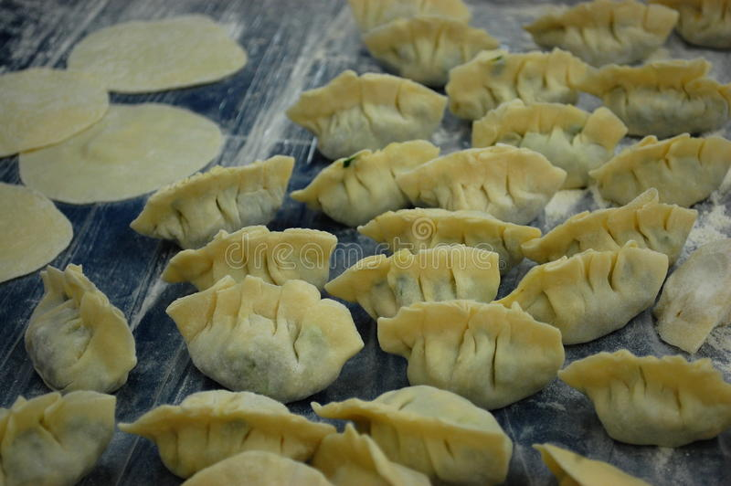 未加工的中国饺子 免版税库存图片