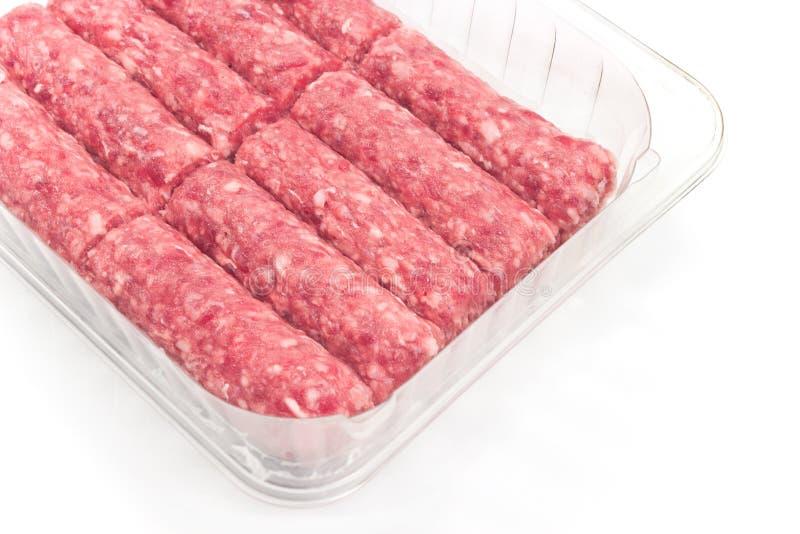 未加工的在塑料碗的kebab肉末 库存照片