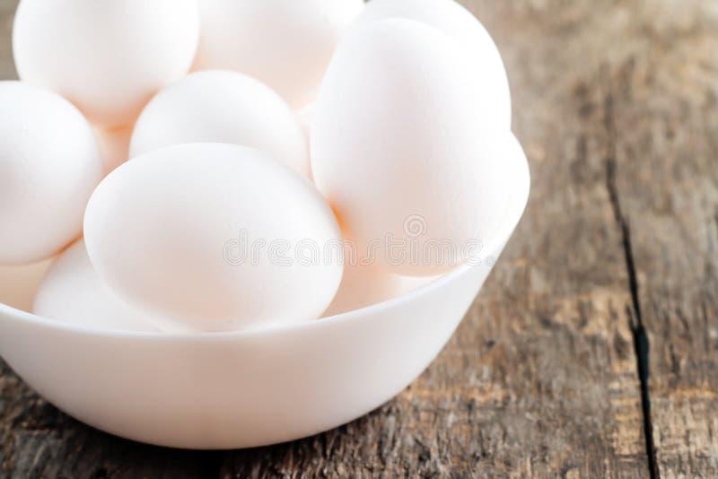 白白色家庭乱伦_未加工的在白色碗的鸡白鸡蛋在木背景. 颜色, 人们.
