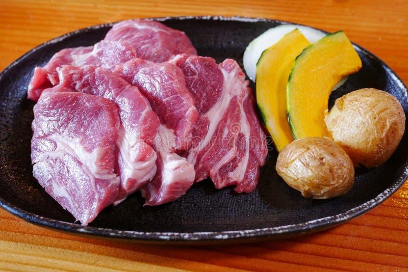 未加工的在盘的猪肉切和菜在BBQ, yakiniku自助餐餐馆 免版税库存图片