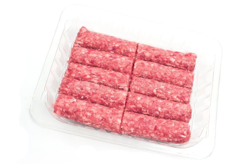 未加工的在被隔绝的塑料碗的kebab肉末 库存照片