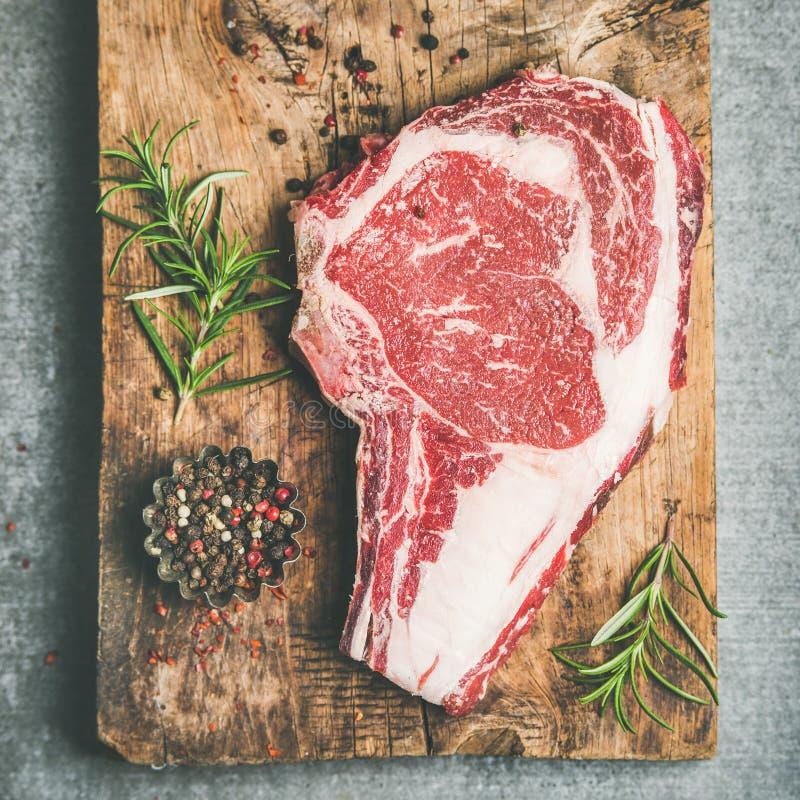 未加工的头等牛肉肉干燥变老了牛排肋骨眼睛,方形的庄稼 免版税库存图片