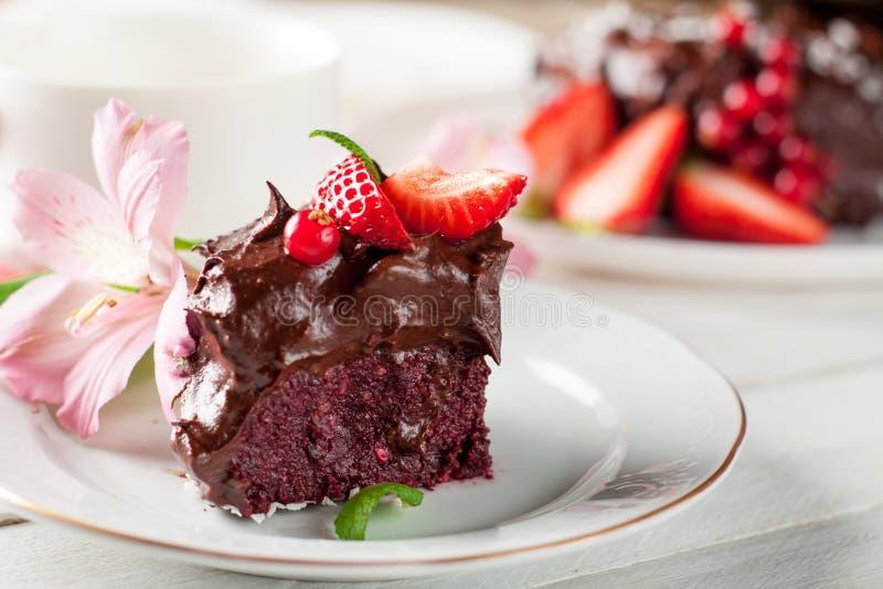 未加工的巧克力和甜菜根蛋糕用莓果 免版税库存图片