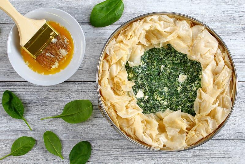 未加工的希腊菠菜希腊白软干酪饼 库存照片