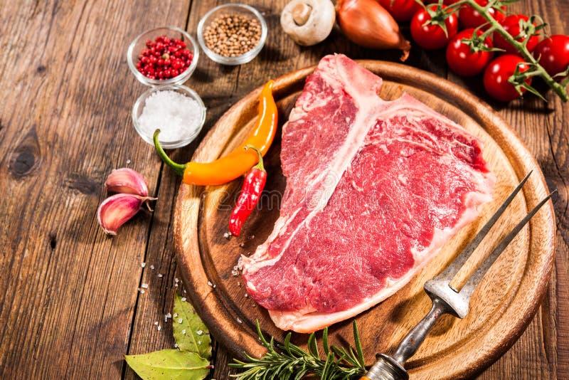 未加工的新鲜的肉丁骨牛排 免版税库存照片