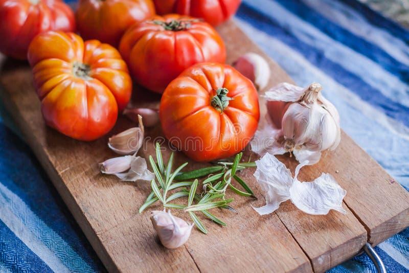 未加工的新鲜的蕃茄用大蒜和草本 免版税库存照片