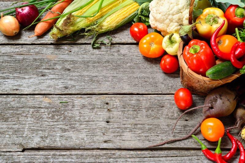 未加工的有机套在木背景的新鲜蔬菜 从庭院的秋天收获 免版税图库摄影