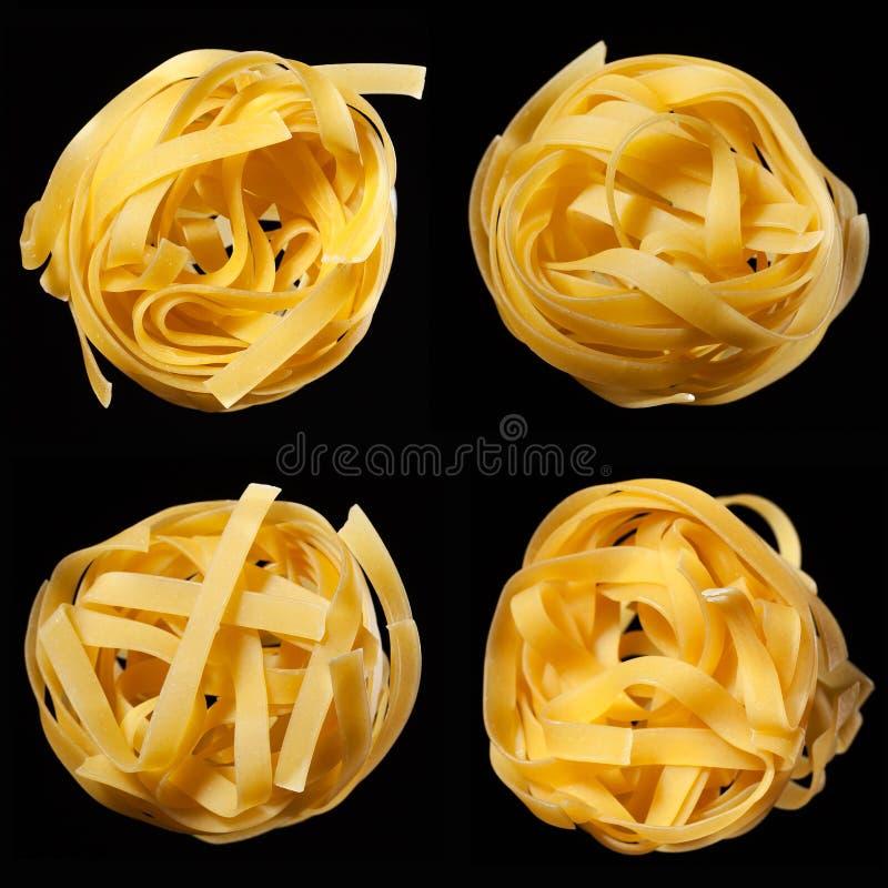 未加工的未煮过的tagliatelle巢马赛克在黑背景的 顶视图 传统意大利的意大利面食 库存照片