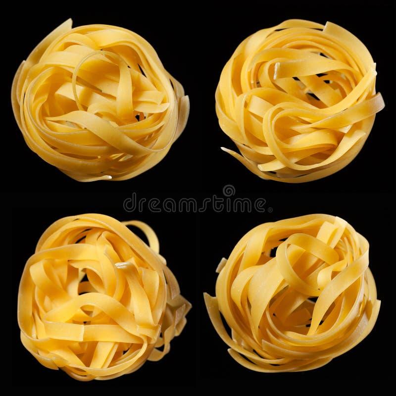 未加工的未煮过的tagliatelle巢马赛克在黑背景的 顶视图 传统意大利的意大利面食 免版税库存图片