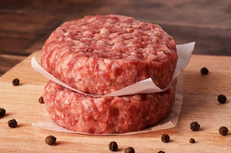 未加工的汉堡炸肉排用黑胡椒 免版税图库摄影