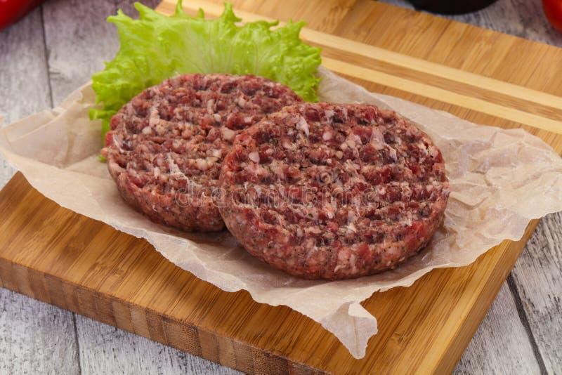 未加工的汉堡炸肉排 免版税库存图片