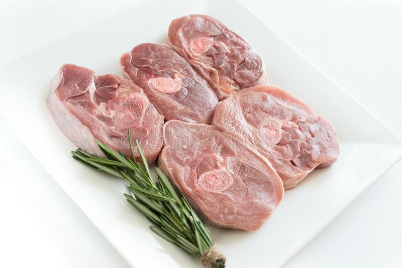 未加工的火鸡肉,切好的腿牛排,被分配的烤肉片断片断  简单派,烹调概念 免版税库存图片