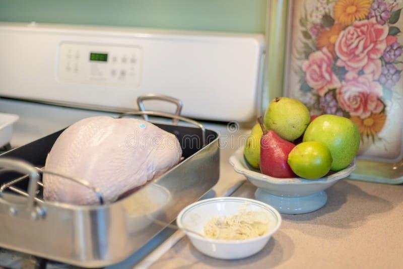 未加工的火鸡胸脯为烤用herbed大蒜黄油做准备 库存图片