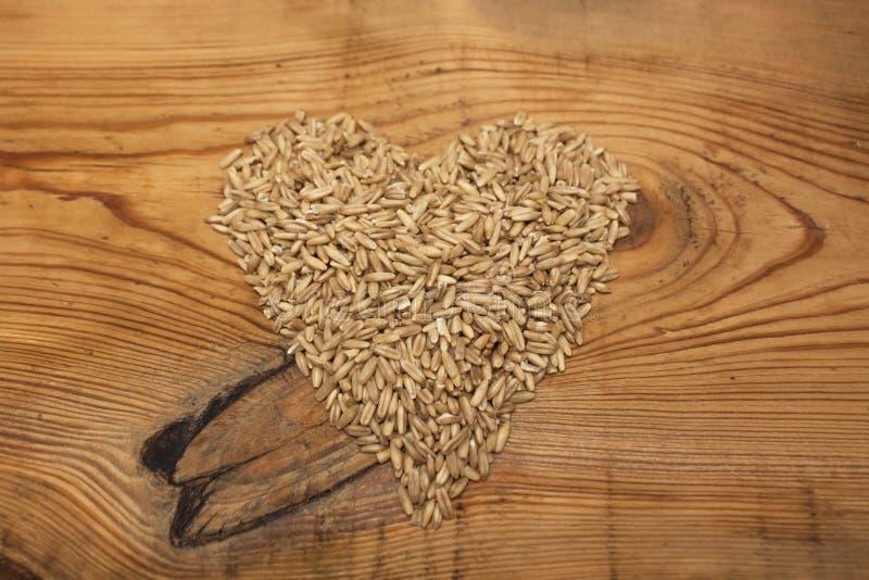 未加工的燕麦五谷,低热值成份在木背景的可口健康早餐,拷贝空间 库存图片