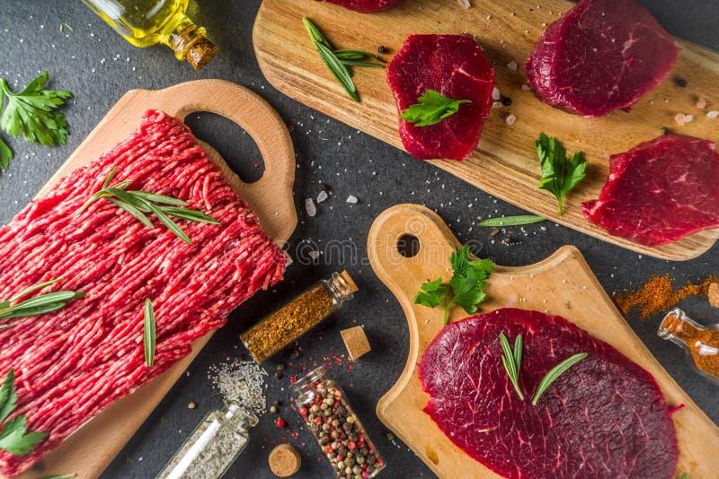 未加工的牛排和剁碎的牛肉肉 库存照片