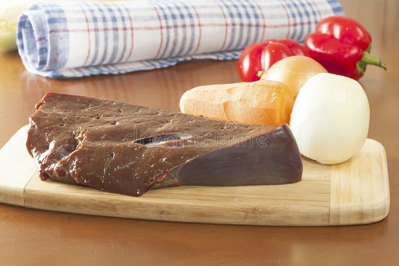 未加工的牛肉肝脏片断  免版税图库摄影
