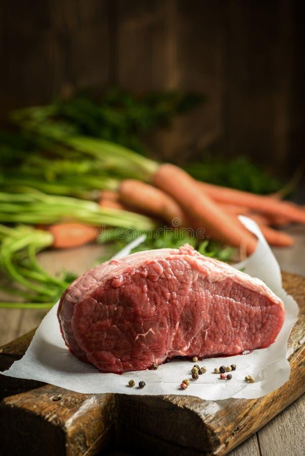 未加工的牛肉&红萝卜 库存图片
