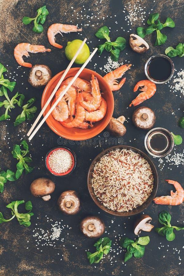 未加工的糙米用虾和蘑菇,亚洲烹调 烹调 概念吃健康 在视图之上 定调子 库存照片