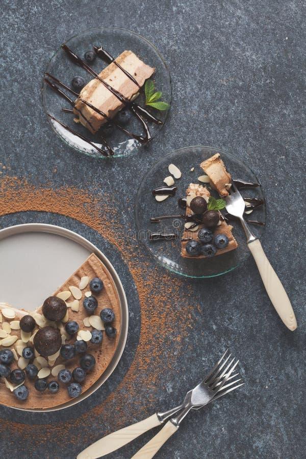 未加工的素食主义者巧克力焦糖乳酪蛋糕用蓝莓,未加工的罐头 库存图片