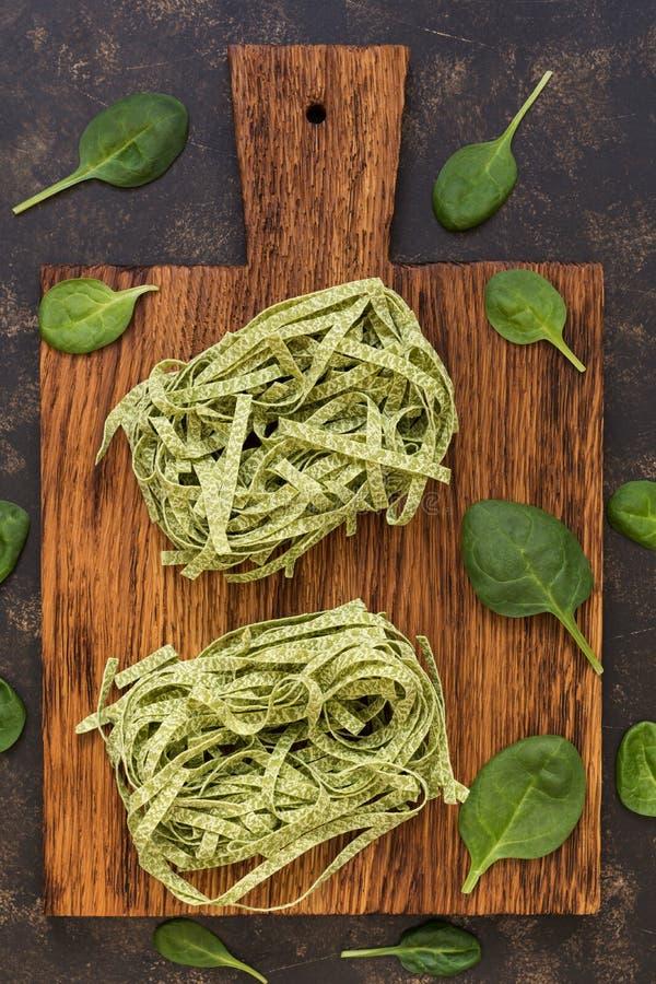 未加工的绿色面团用在切板的菠菜 烹调意大利语的食品成分 库存图片
