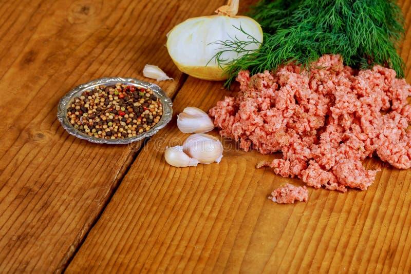 未加工的肉末用绞细牛肉 被剁碎的接近的肉 库存照片