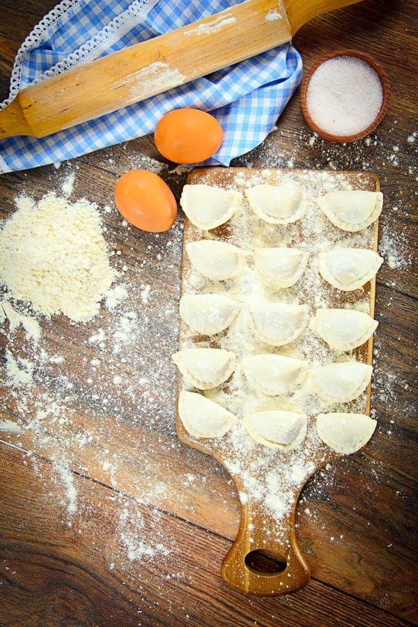 Download 未加工的自创饺子,俄语Pelmeni 库存照片. 图片 包括有 背包徒步旅行者, 对象, 材料, 馄饨, 陶器 - 62529062
