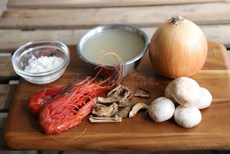未加工的虾用干蘑菇和葱在切板 库存图片