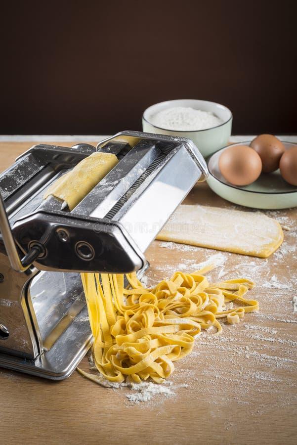 未加工的蛋面团用面粉和滚针 库存图片