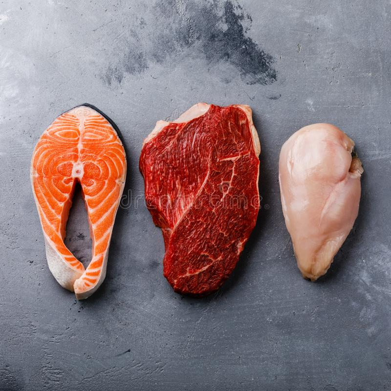 未加工的食物三文鱼油腻的鱼排、牛肉肉和鸡胸脯 免版税库存图片