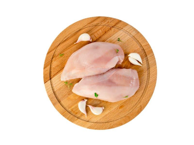 未加工的鸡内圆角,机智两个片断在一块木砧板的 免版税库存照片