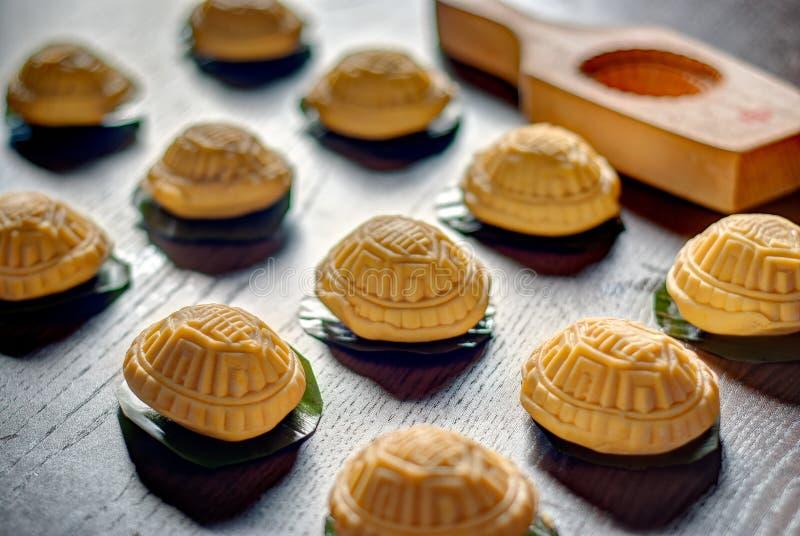 未加工的黄色草龟蛋糕 库存照片