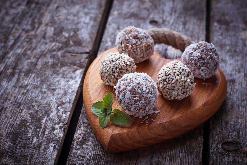 未加工的素食主义者糖果c用干果和椰子 免版税库存照片