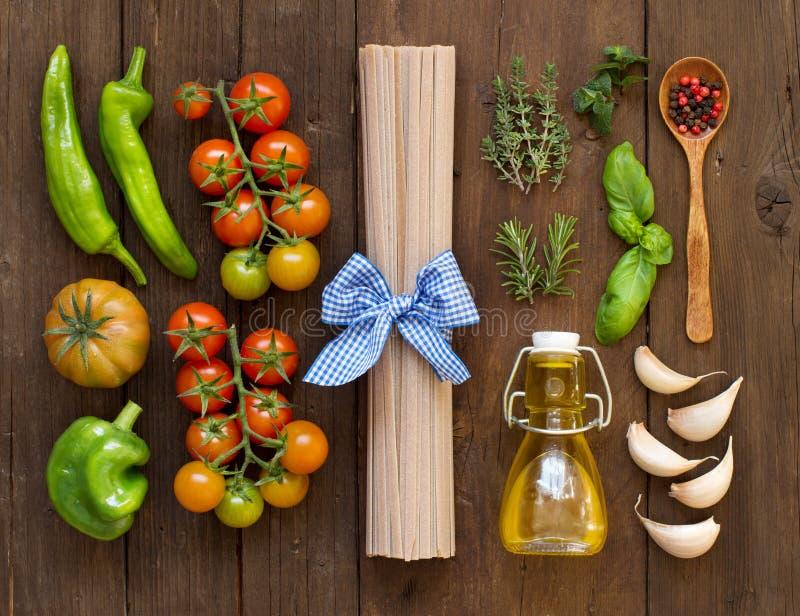 未加工的fettucce面团、菜、草本和橄榄油 免版税库存照片
