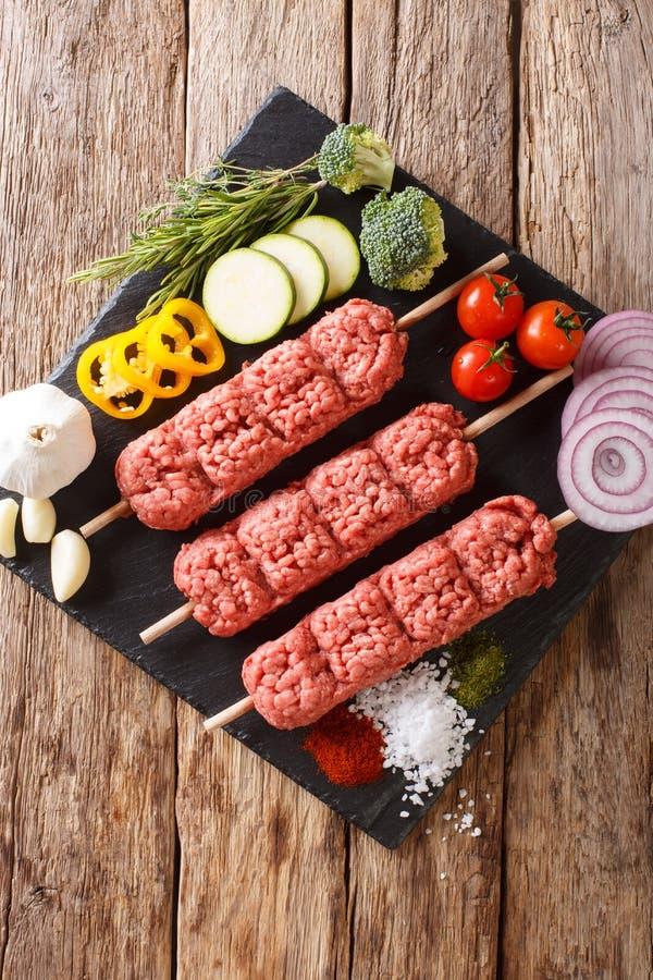 未加工的kofta,从肉末的kofte kebab在有ingredie的串 库存照片