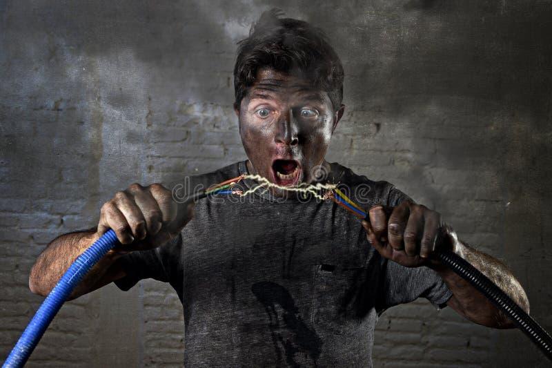 未受训练的遭受与肮脏的被烧的面孔震动表示的人加入的缆绳电子事故 免版税库存照片
