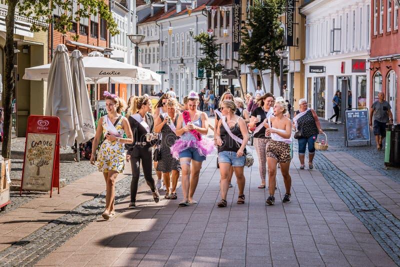 未婚新娘的一个妇女的聚会一条街道的在希勒勒,丹麦,2019年8月3日 免版税库存照片