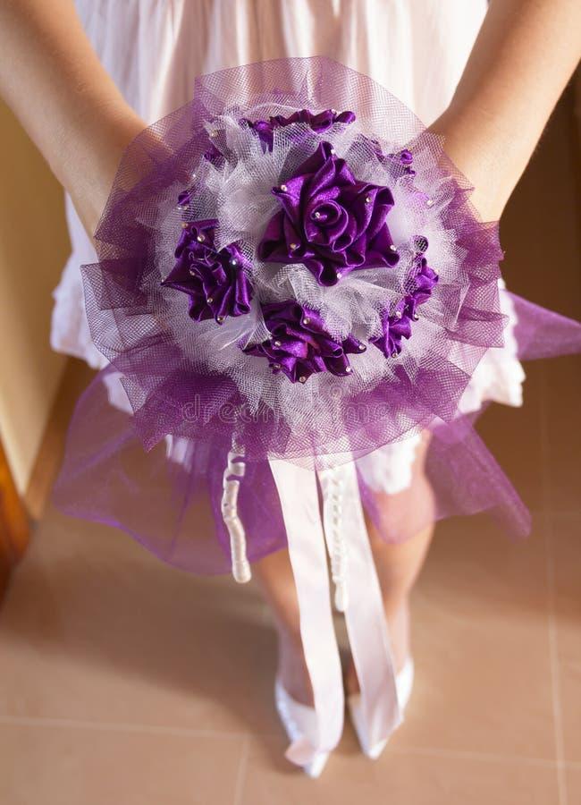 Download 未婚妻花束。 库存照片. 图片 包括有 布赖恩, 礼服, 衣裳, 幸福, 紫罗兰色, 花束, 婚礼, 空白 - 30329764