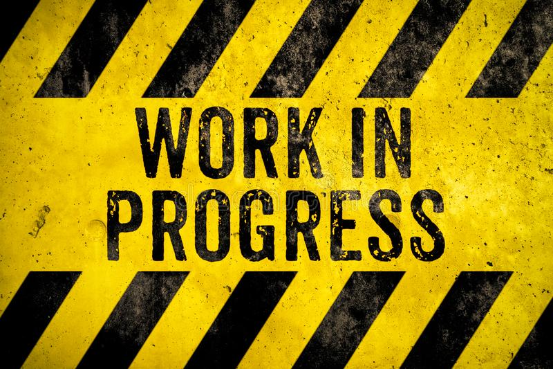 未完成作品与黄色和黑条纹的警报信号文本被绘在混凝土墙水泥纹理背景 免版税库存照片
