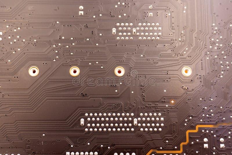 未完成作品 焊接与组分的电子线路板 工程师修理有焊铁的电路板 库存照片
