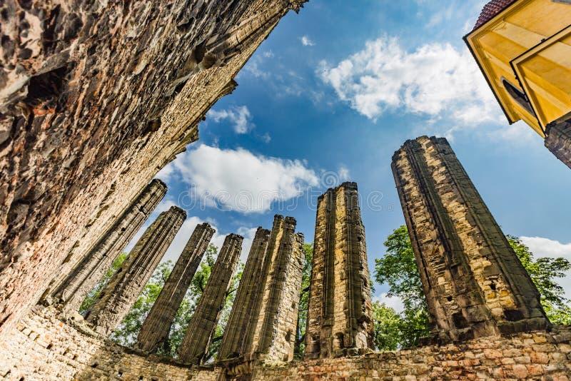 未完成的哥特式教会的废墟 免版税库存照片