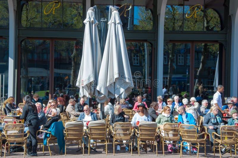 未定义人民有饮料在室外咖啡馆有Rembrandtplein视图 库存图片
