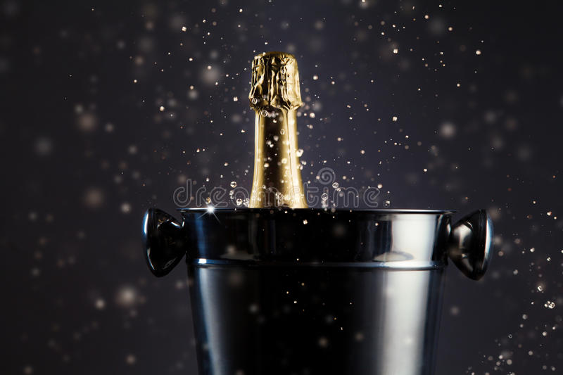 未打开的瓶在容器的香槟 免版税库存照片