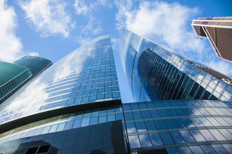 未来建筑学,冠上的全景查寻的企业概念大厦 免版税库存照片